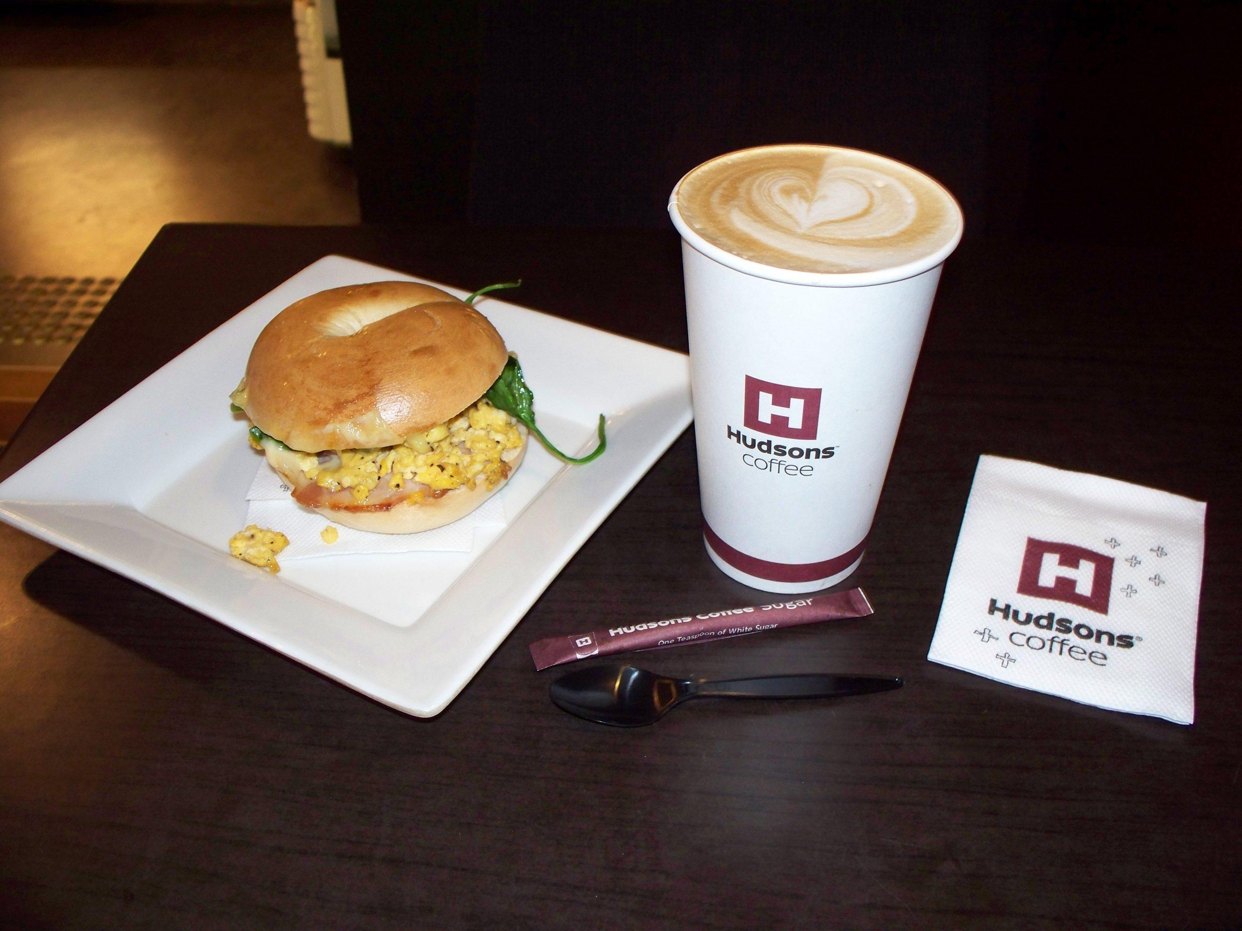 Un burger et un café américain