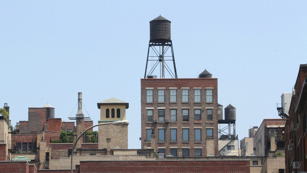 Pourquoi il y a des réservoirs sur les toits de New York ?