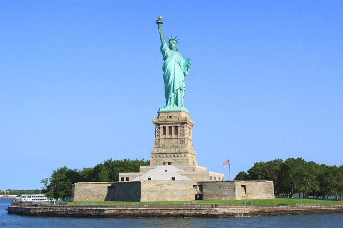 pass new york statue liberte